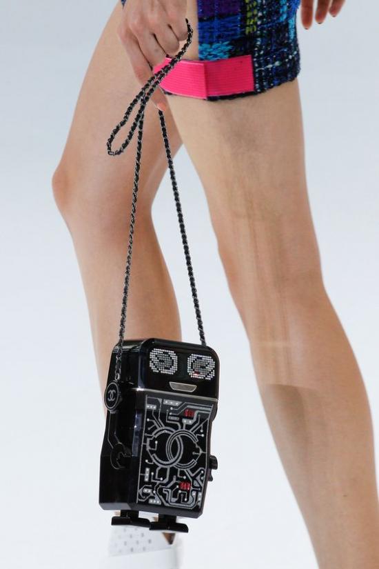 <em>Chanel</em> cũng khiến giới mộ điệu có mặt tại show diễn vô cùng ấn tượng với mẫu túi xách đèn legs lấy cảm hứng từ những chú robot ngoài hành tinh.