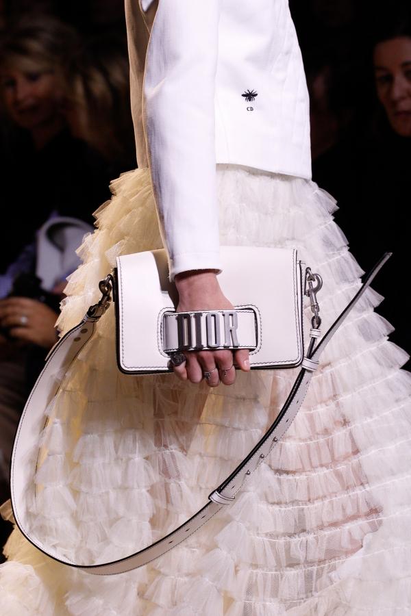 <em>Dior</em> ngầm khẳng định thương hiệu của mình bằng mẫu túi hot-trend này!