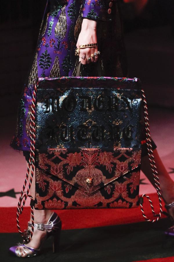 <em>Gucci</em> cũng là một trong những thương hiệu dẫn đầu trào lưu khi cho ra mắt dòng túi in slogan độc đáo.