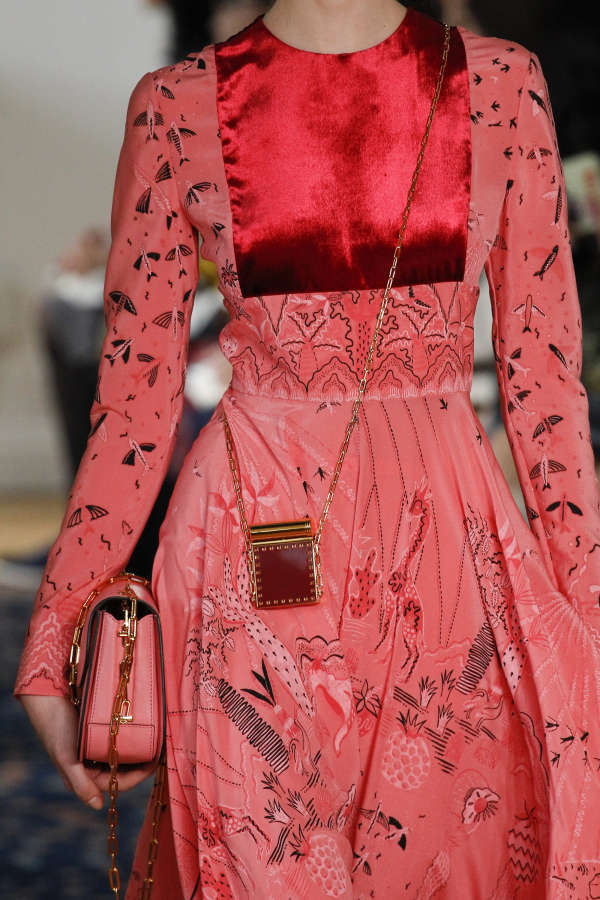 Mẫu túi xánh Micro bag vô cùng đáng yêu xuất hiện trong show diễn của thương hiệu <em>Valentino</em>.