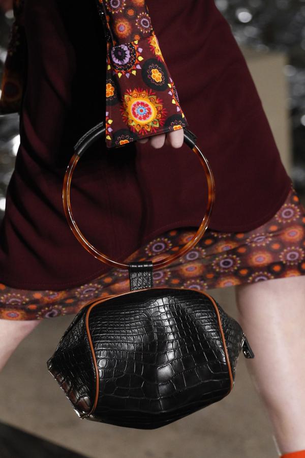 <em>Givenchy</em> thì thổi làn gió mới bằng nguyên liệu đá cẩm thạch nâu sang trọng.
