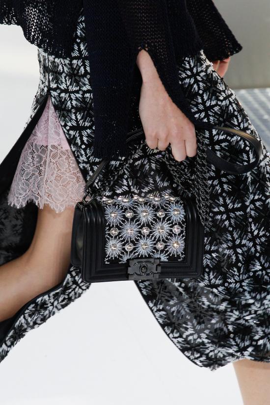 """Hay thậm chí mẫu túi xách cổ điển cũng được """"ông trùm"""" Karl Lagerfeld biến tấu trở nên ấn tượng và cá tính hơn trên sàn diễn của mình."""