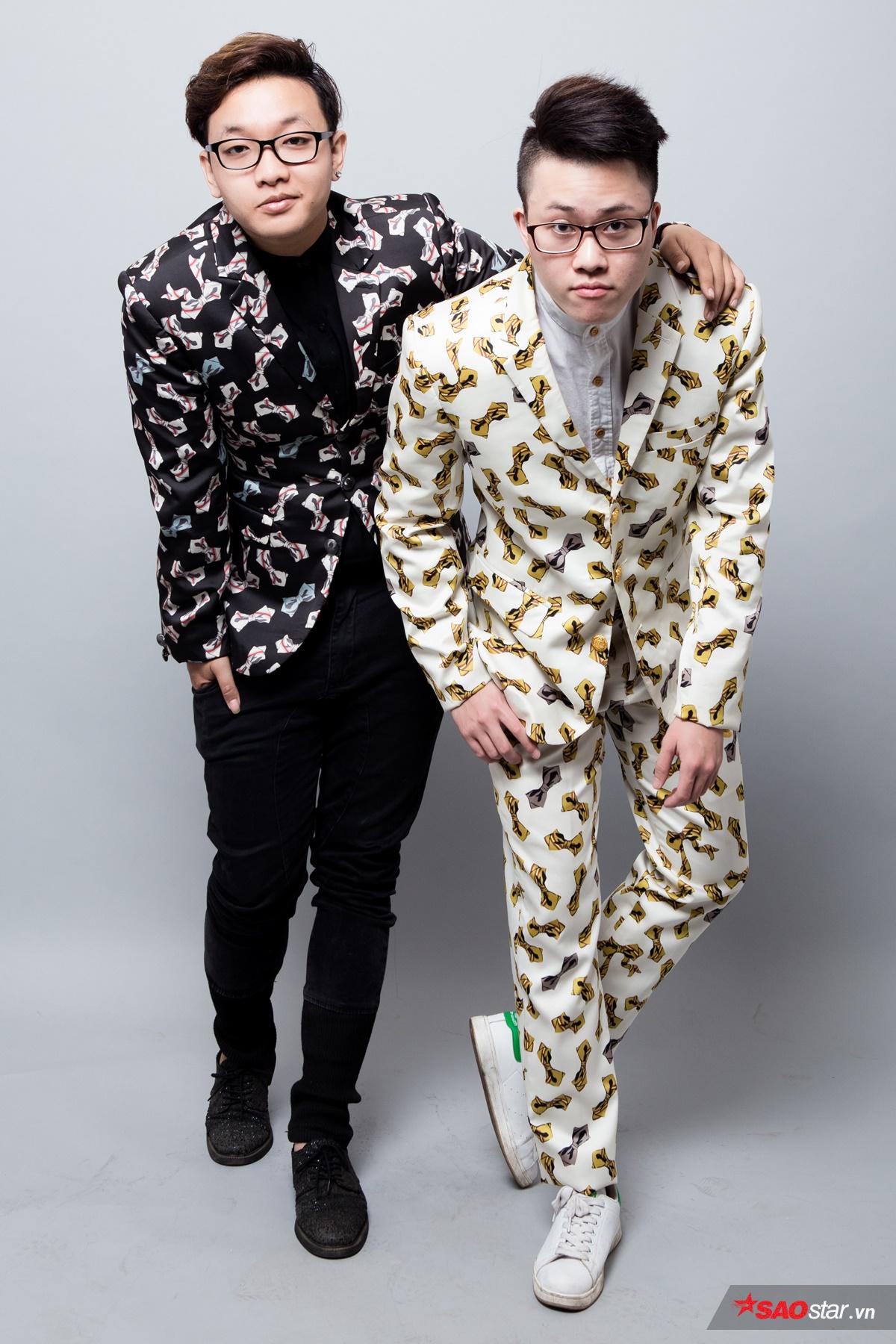 Sự đồng nhất quan điểm về thời trang của 2 anh chàng được thể hiện rõ ràng qua cách lựa chọn bộ suit cùng họa tiết, chỉ khác màu sắc.