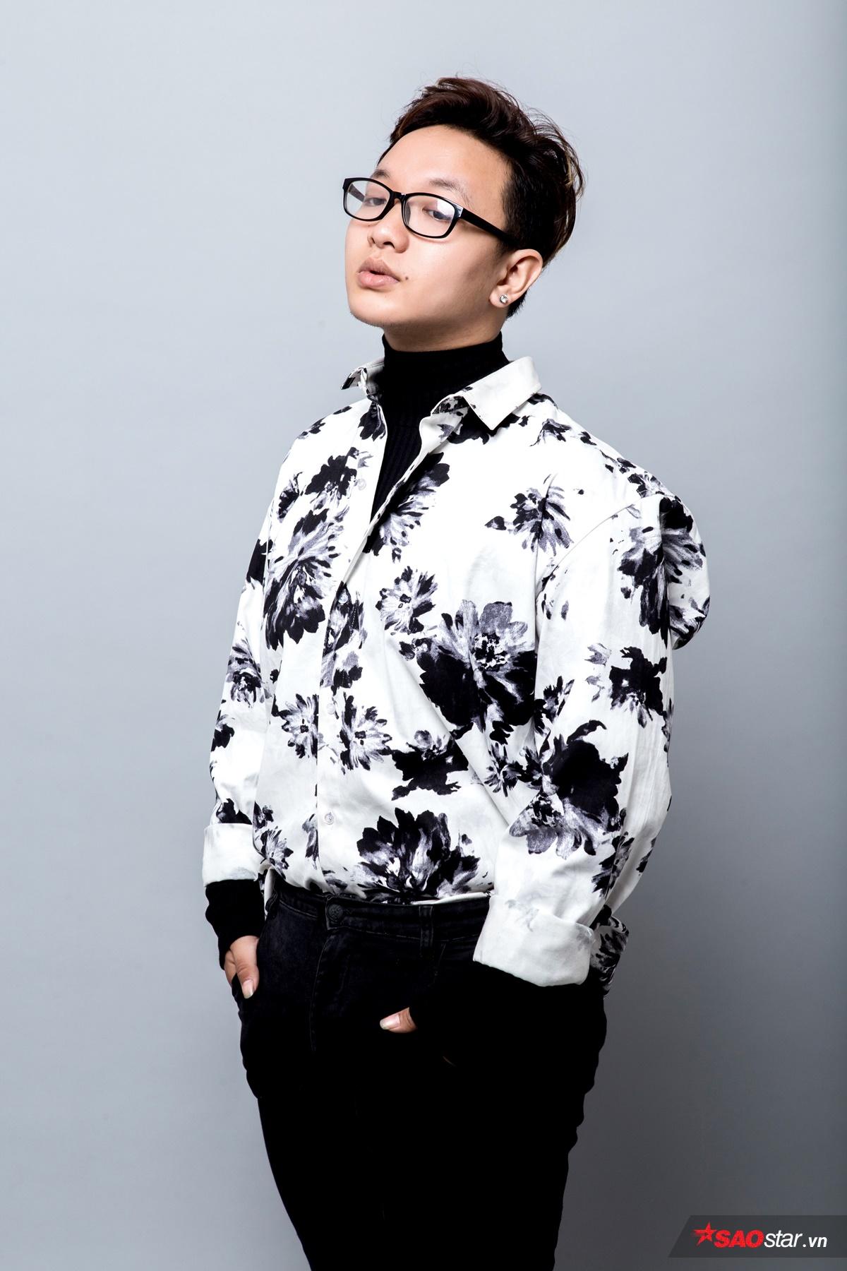 Hoàng Dũng chọn áo thun cao cổ với sơmi họa tiết phía ngoài. Cách xắn tay áo sơmi để lộ áo trong là một trong những kiểu phối đồ được nhiều bạn trẻ áp dụng hiện nay. Bên cạnh đó, skinny jeans luôn là lựa chọn số 1 của anh chàng này.