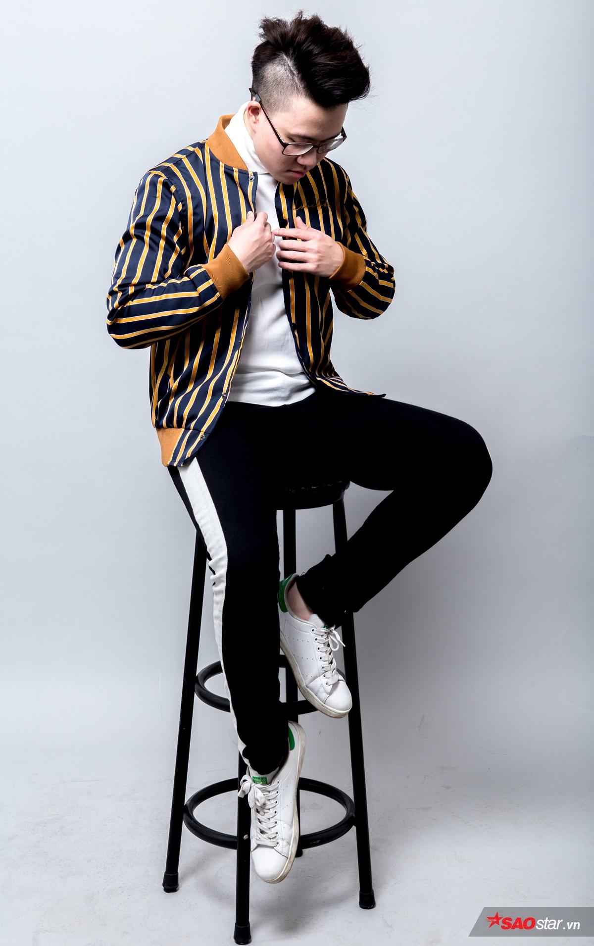 Thiện Hiếu luôn chọn màu trắng là tông chủ đạo cho outfit của mình. Chiếc áo bomber kẻ sọc vàng bắt mắt chính là điểm nhấn của trang phục. Quần kẻ sọc hot trend ngay lập tức thu hút sự chú ý của giọng ca Ông bà anh và Hiếu quyết định mang item này vào bộ đồ.