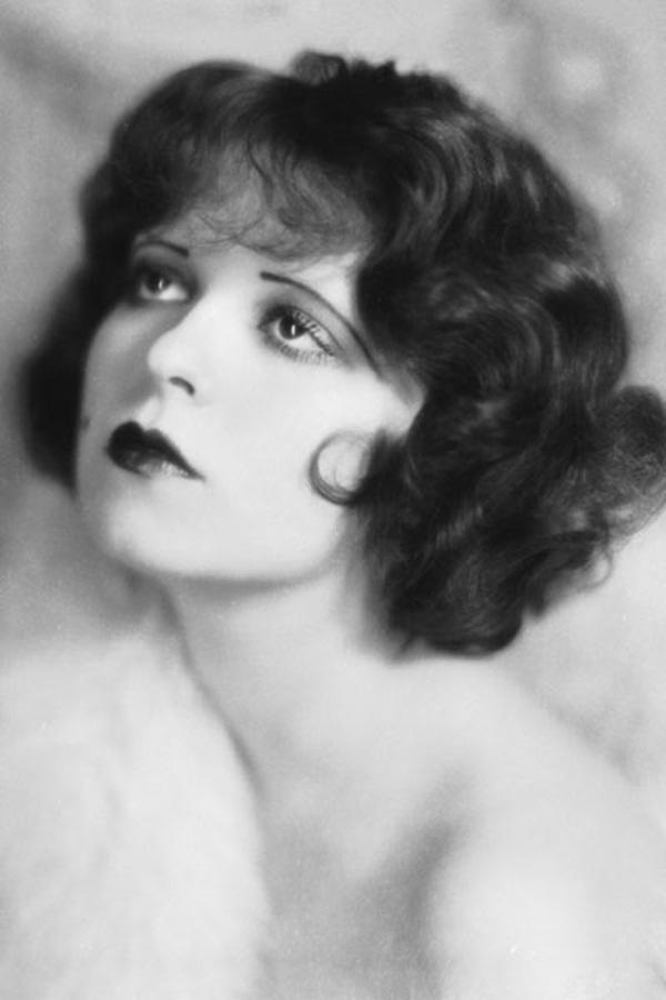 """Thập kỷ 1920, trong giai đoạn này, đôi lông mày thẳng, mỏng manh, kéo dài qua cả đầu và đuôi mắt của nữ diễn viên kịch câm Clara Bow không chỉ giúp cô hoàn thành các vai diễn nội tâm với vẻ đượm buồn sâu thẳm một cách xuất sắc mà còn khiến hàng triệu người phụ nữ khác cùng thời """"phát sốt"""" vì nó."""