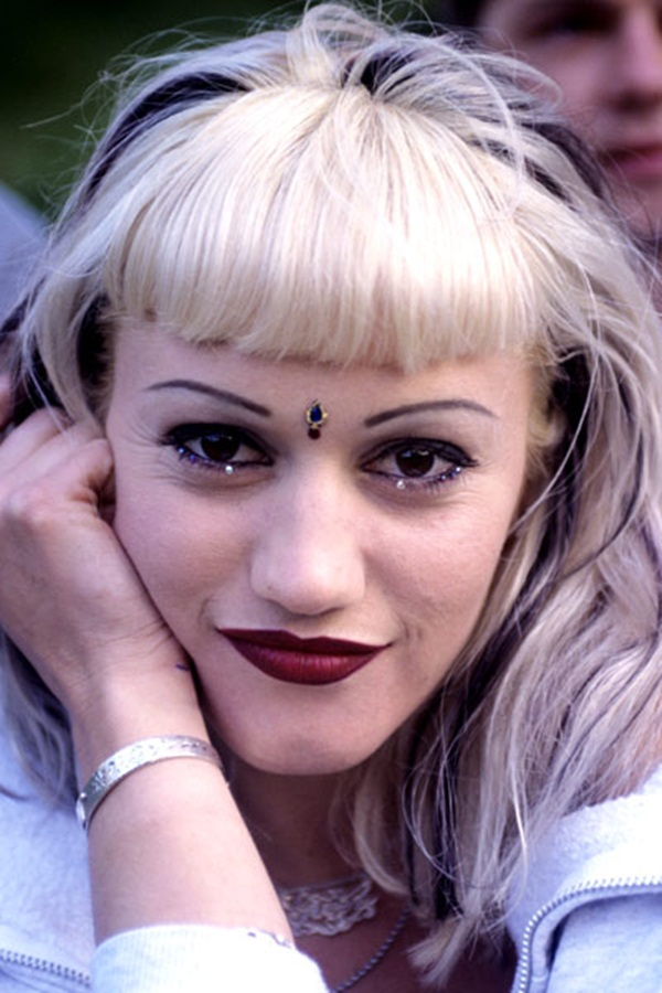 """Thập niên 1990, bất cứ ai lớn lên trong giai đoạn này chắc chắn sẽ không thể nào quên được hình ảnh đôi lông mày siêu mỏng với hai đầu cách xa nhau xuất hiện ngập tràn trên đường phố, áp phích quảng cáo và """"mốt làm đẹp"""" không thể thiếu của phụ nữ thời bấy giờ."""