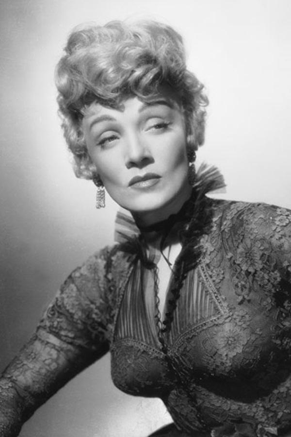 Đến những năm 1930, phụ nữ vẫn ưa chuộng kiểu dáng mỏng nhưng dáng uốn của lông mày đã có phần tròn hơn trước. Đặc biệt, việc đánh bóng cho đôi mày thêm nổi bật bằng cách bôi một chút dầu oliu vào bầu mắt cũng là một trong những kiểu làm đẹp thức thời nhất khi ấy.