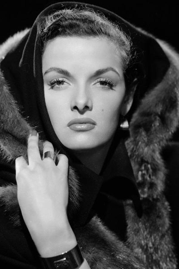 """Thập kỷ 1950, từ Marilyn Monroe, Elizabeth Taylor đến Audrey Hepburn đều bị kiểu lông mày đen, dày, góc cạnh """"đánh gục"""". Họ dùng chì đen sắc nét vẽ một cách tỉ mỉ, sao cho chúng trở thành điểm nhấn quan trọng nhất trên gương mặt."""