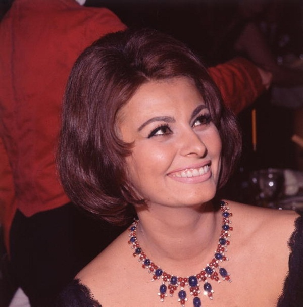 Thập niên 1960, nữ diễn viên người Ý Sophia Lauren là đã tạo ra quan niệm mới về vẻ đẹp của lông mày trong khoảng thời giannày. Để tạo nên nét quyến rũ riêng biệt, bà đã không ngần ngại cạo sạch hoàn toàn, sau đó cẩn thận vẽ lại bằng những đường kẻ chì siêu ngắn và chính xác.