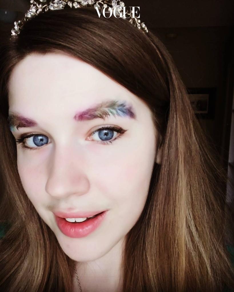 """Cô gái này còn chơi trội khi nhuộm đôi lông mày """"lá dừa"""" thành những màu sắc khác nhau vô cùng nổi bật."""