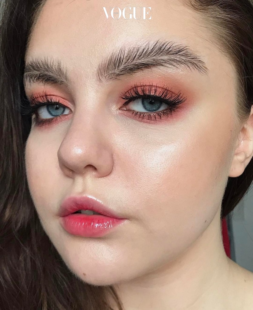 Cô gái với đôi lông mày lá dừa xuất hiện trên tạp chí <em>Vogue</em> được rất nhiều người chia sẻ trên các trang mạng xã hội.