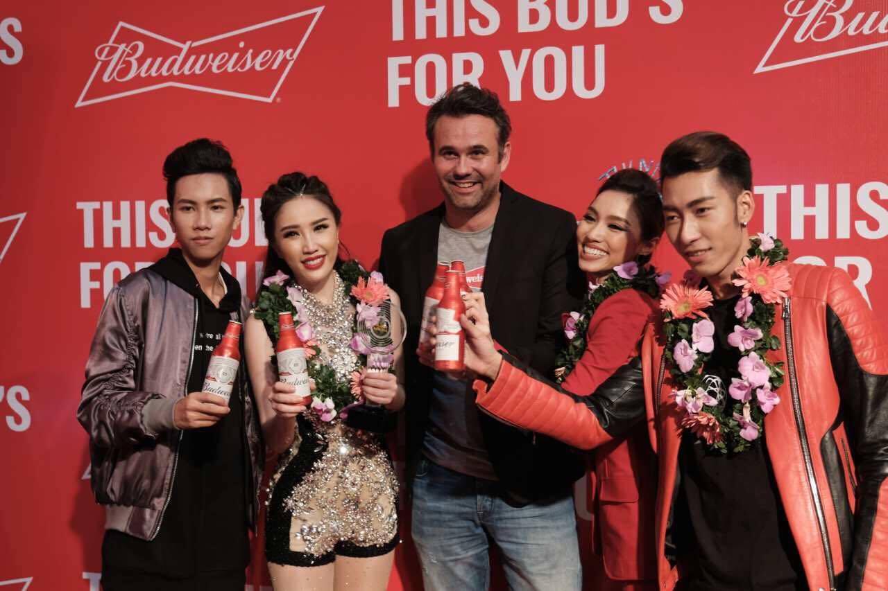 Ông Joris Janssen, giám đốc marketing khu vực Đông Nam Á của thương hiệu Budweiser chụp ảnh lưu niệm của Bảo Thy và các thành viên trong team mình.