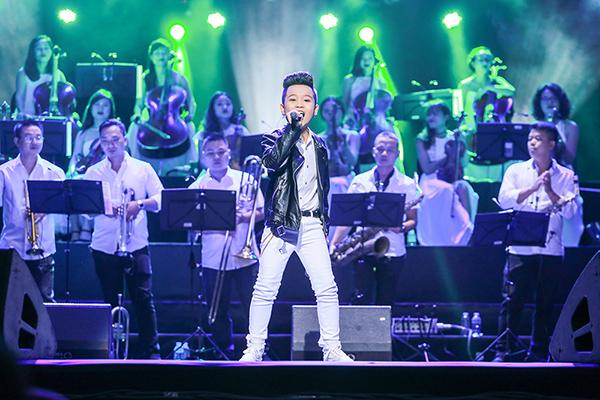 Quán quân Giọng hát Việt nhí tự tin trên sân khấu.
