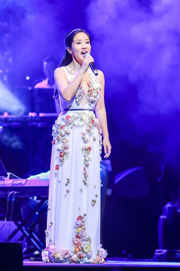 Hồng Nhung còn thay bộ váy trắng đính hoa tươi.