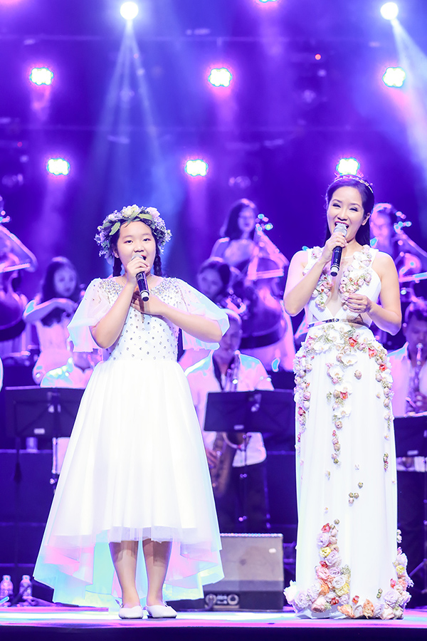 Nữ ca sĩ hòa giọng cùng tài năng nhí Ngọc Linh.