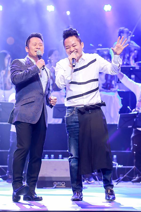 Anh còn ngẫu hứng hát cùng Tùng Dương nhạc phẩm Đội kèn tí hon.