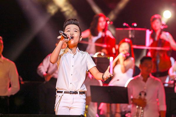 Nhật Minh khoe giọng hát cao vút với ca khúc Chỉ có một trên đời.