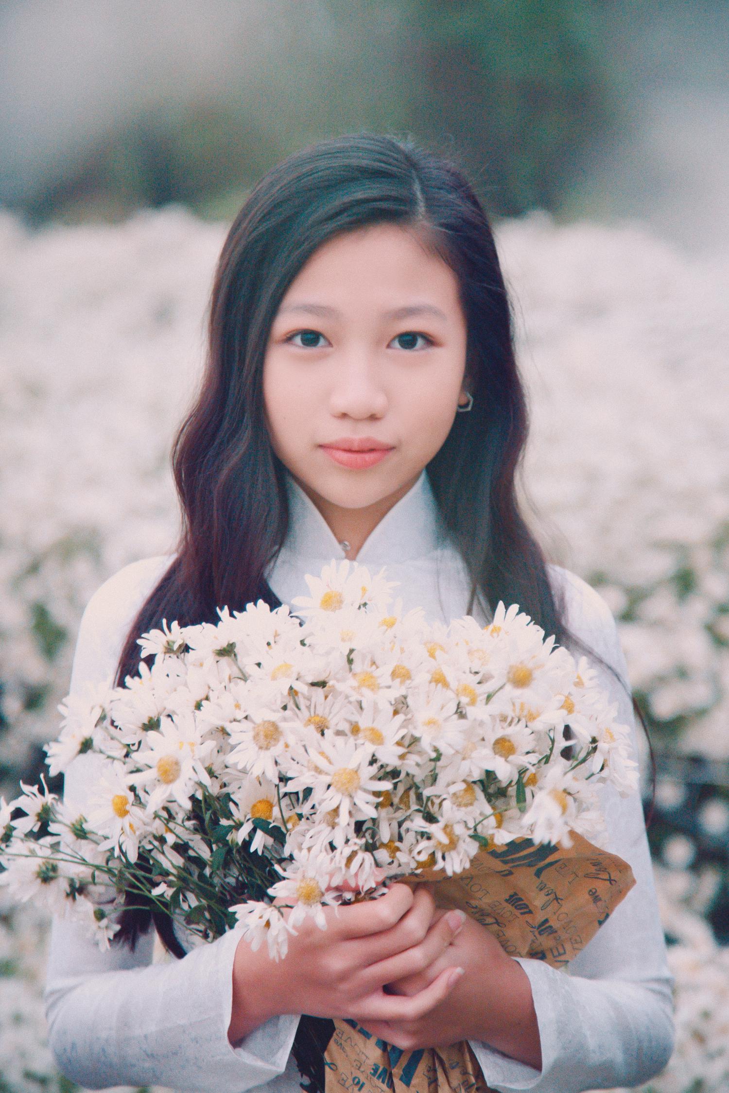Hoa hậu nhí 11 tuổi đẹp tinh khôi với áo dài trắng cùng cúc hoạ mi chào năm  mới
