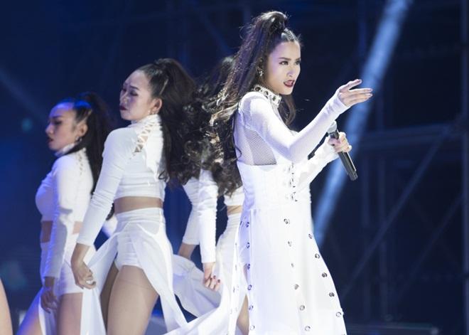 Dù là một cái tên khá mới, nhưng Đông Nhi đã để lại dấu ấn mạnh mẽ với khán giả Busan (Hàn Quốc).