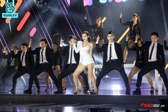 """Màn trình diễn """"máu lửa"""" ghi điểm trọn vẹn trong lòng khán giả tại sân khấu<em> V Live Year End Party.</em>"""