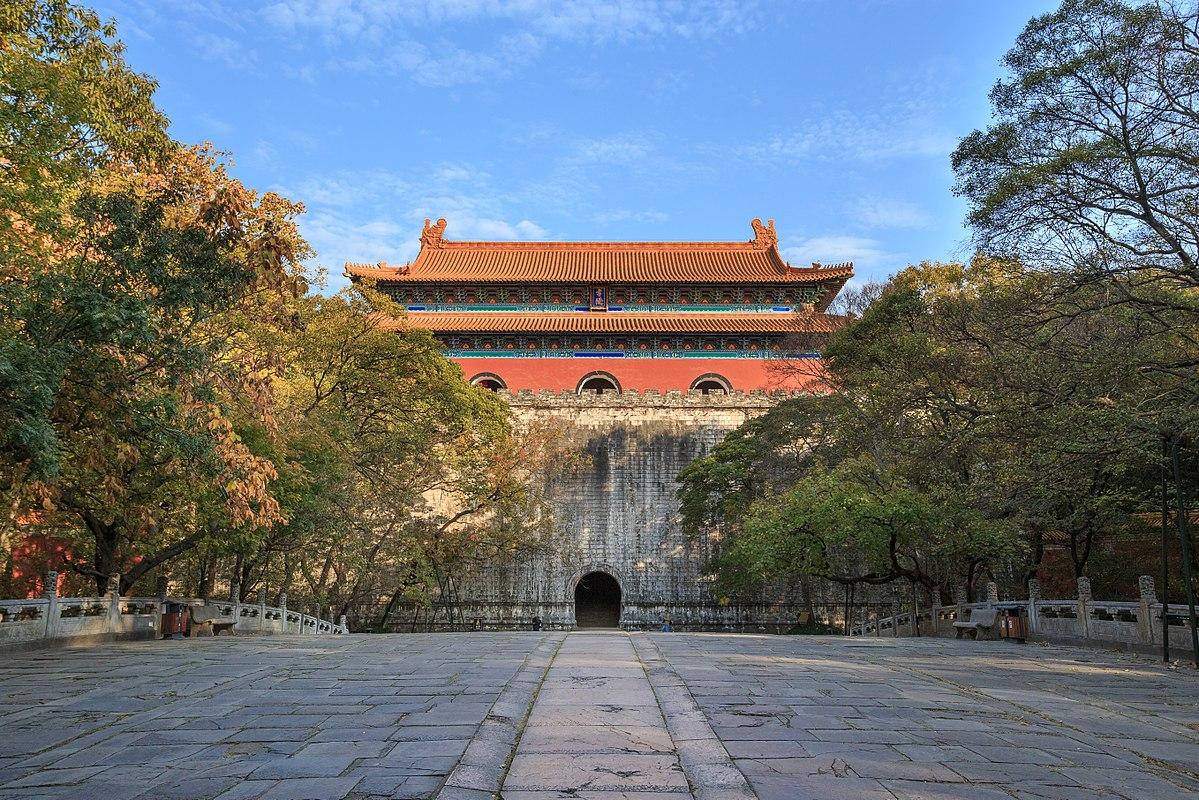 <strong>Minh Hiếu Lăng</strong> là lăng mộ của Minh Thái Tổ,vịhoàng đếkhai quốc của vương triềunhà Minh. Lăng nằm ở chân núi phía nam của núi Purple, phía đông trung tâm lịch sử của Nam Kinh, Trung Quốc. Theo truyền thuyết, để ngăn chặn âm mưu cướp mộ, 13 tang lễ giống nhau đã được tổ chức ở 13 cổng thành nhằm giữ bí mật về nơi chôn cất nhà vua.Việc xây dựnglăng mộbắt đầu từ năm 1381 và kết thúc năm 1405, trong thời trị vì của con traiHoàng đế Vĩnh Lạc. Đã có khoảng 100.000 người lao động tham gia xây dựng công trình này. Ban đầu, các bức tường của lăng mộ dài hơn 22,5 km.Lăng mộ được xây dựng dưới sự bảo vệ nghiêm ngặt của 5.000 binh lính.