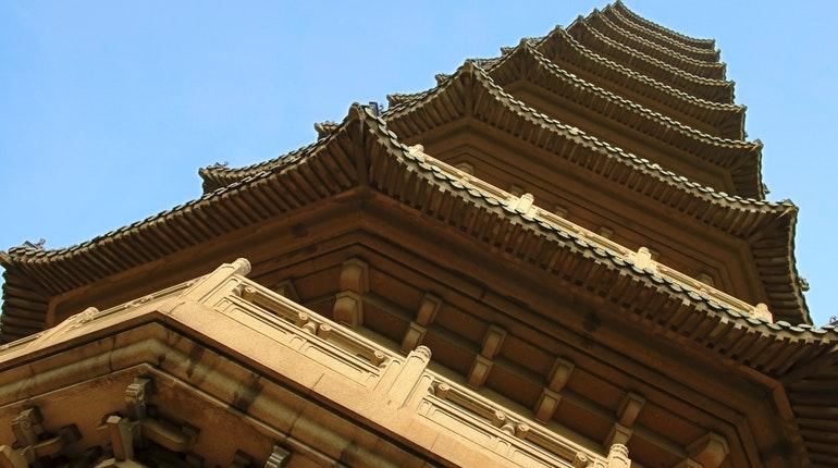 """<strong>Đền Linh Cốc</strong>ở Nam Kinh, Giang Tô, được mô tả là """"ngôi đền Phật giáo tốt nhất trên thế giới"""". Ngôi đền được xây dựng lần đầu tiên vào năm 515 trongtriều đại nhà Lương(502-557). Trong thời trị vì củaHoàng đế Hàm Phong của triều đại nhà Thanh(1644-1911), ngôi đền từng bị bị phá hủy và được xây dựng lại trong thời trị vì củaHoàng đế Đồng Trị."""