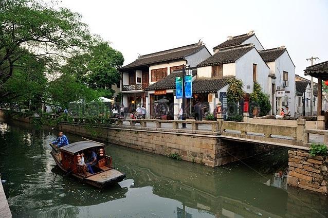 <strong>Đường Bình Giang</strong> là khu di tích lịch sử ở quận Cô Tô, đông bắc Tô Châu, Giang Tô. Con phố được xây dựng vào năm 1229, gồm 51 hẻm nhỏ cắt nhau. Khoảng 3kmtrong khu di tích là hệ thống kênh rạch.Tương truyền, Hồng Quân, một học giả kiêm nhà ngoại giao khi sinh sống tại Đường Bình Giang đã gặp một cô gái làng hoa khi đang du ngoạn trên chiếc thuyền, sau đó đem lòng yêu rồi cưới cô làm vợ. Năm 2009, Đường Bình Giang được coi là một trong những tuyến đường văn hóa lịch sử nổi tiếng của Trung Quốc. Đường Bình Giang có 18 cây cầu đá, trong đó 12 cây cầu được thiết kế từ triều Tống.