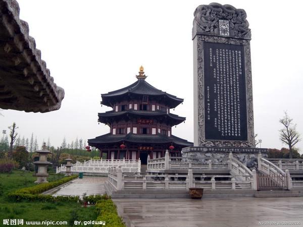 <strong>Hàn Sơn Tự</strong> là ngôi chùa cổ nằm ở phía tây của trấnPhong Kiều,Tô Châu. Chùa được xây dựng vào khoảng đầu thế kỷ VI, dưới thời vuaLương Vũ Đế. Ban đầu nó có tên gọi làDiệu Lợi Phổ Minh Tháp viện. Trong loạnThái Bình Thiên Quốc, chùa bị phá hủy và được xây lại năm1905. Đến khoảng niên hiệu Trinh Quán (627-649) thờiĐường Thái Tông, tên gọi Hàn Sơn mới được đặt, nhằm tưởng nhớ nhà sư trụ trì nơi đây. Sau những thăng trầm, Hàn Sơn tự được các triều từTốngtớiThanhgìn giữ, tu bổ cho đến ngày nay.Việc đặt tên chùa Hàn Sơn liên quan đến việc kết nghĩa huynh đệ của Hàn SơnvàThập Đắc. Chuyện kể rằng, khi gia đình đi hỏi vợ cho mình, Hàn Sơn mới biết cô dâu tương lai ấy chính là người yêu của Thập Đắc. Vì sợ người em buồn lòng, chàng đã lặng lẽ bỏ nhà ra đi và dừng chân ở một ngôi chùa nhỏ. Thập Đắc nghĩ rằng vì mình mà Hàn Sơn ra đi nên cũng quyết đi tìm anh. Cuối cùng, như duyên trời định, họ lại gặp nhau tại chính ngôi chùa. Họ lại sống cùng nhau như huynh - đệ ngày nào. Cảm động vì câu chuyện trên vì vậy, tên gọi Hàn Sơn đã được đặt cho ngôi chùa để tưởng nhớ hai anh em.Không chỉ thu hút du khách bằng những câu chuyện kể, Hàn Sơn tự còn là nguồn cảm hứng vô tận của bao lớp thi nhân.