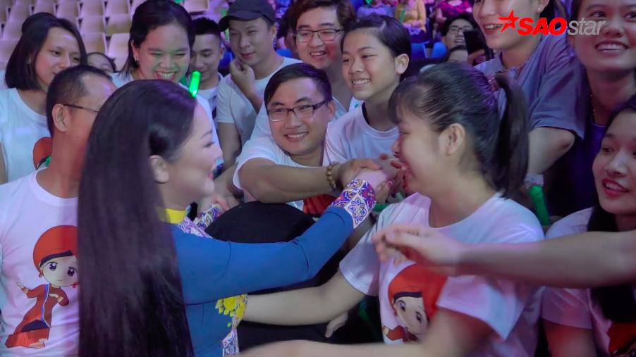 Vừa xuất hiện tài nhà thi đấu, HLV Như Quỳnh đã không thoát khỏi vòng vây hâm mộ của fan.