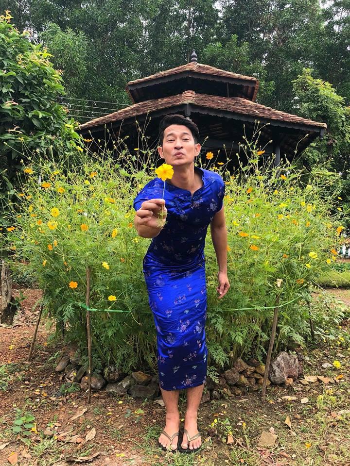 """Diễn viên hài Nam Thư đăng tải bức ảnh của Huy Khánh trên trang cá nhân kèm theo dòng trạng thái hài hước: """"Vạn vật sẽ….. theo thời gian. Không lẽ thằng bạn tôi nói đúng!? Haiz… Mất niềm tin vào cuộc sống quá""""."""