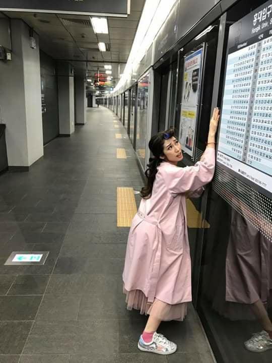"""Khổng Tú Quỳnh tạo dáng """"bá đạo"""" bên tàu điện ngầm ở Hàn Quốc. Sự tăng động của nữ ca sĩ không hề thua kém bạn trai Ngô Kiến Huy."""