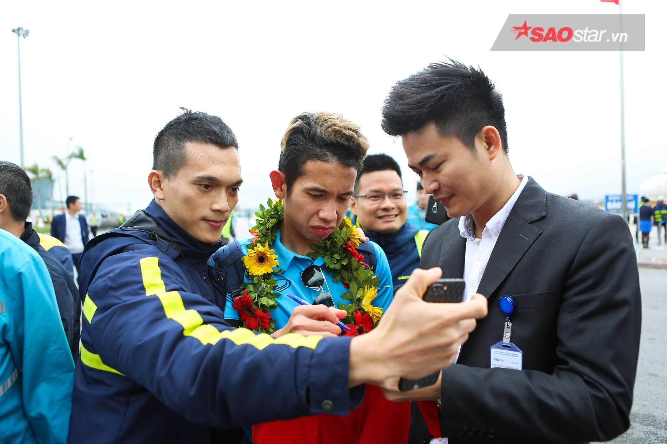 Người hâm mộ vây kín các cầu thủ để xin chữ ký và chụp ảnh.