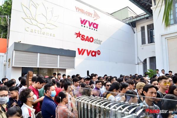 """Các thí sinh miền Nam """"đổ bộ"""" chật kín hội trường trước tòa nhà công ty Cát Tiên Sa ngày 20/1."""