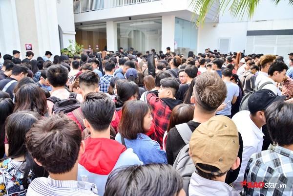 Dòng người nô nức chờ đón buổi thử giọng đầu tiên của Giọng hát Việt 2018.