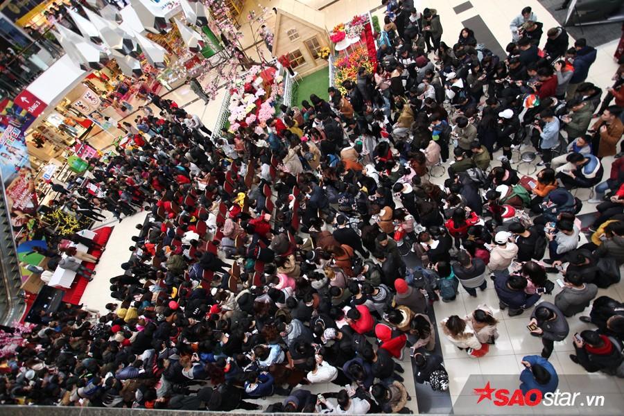 Đoàn người đông đúc có mặt tại hội trườngtham gia vòng tuyển sinh trực tiếp củaThe Voice - Giọng hát Việtmùa 5.