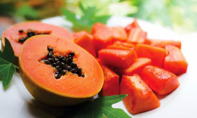 Vitamin A có trong các loại rau màu xanh thẫm, quả màu đỏ, vàng như quả: đu đủ, dưa hấu, quả hồng, cà chua, rau dền đỏ, bưởi, cam, quýt…Các loại rau quả có màu thẫm, đỏ, vàng rất nhiều Vitamin A giúp phòng tránh bệnh hô hấp.