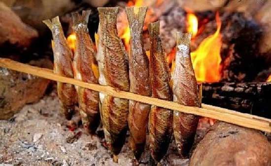 Cá suối nướng không những không có vị tanh mà còn thơm lừng, nóng hổi.