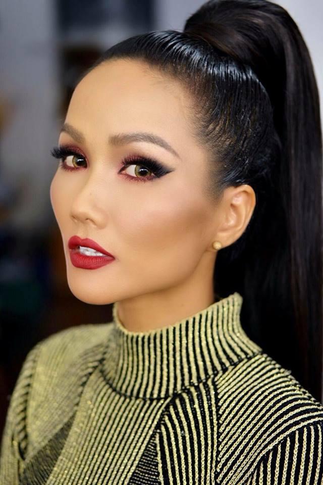 Cách vẽ viền môi sắc nét cũng mang lại nét đẹp sang trọng, gợi cảm cho đương kim Hoa hậu Hoàn vũ Việt Nam.