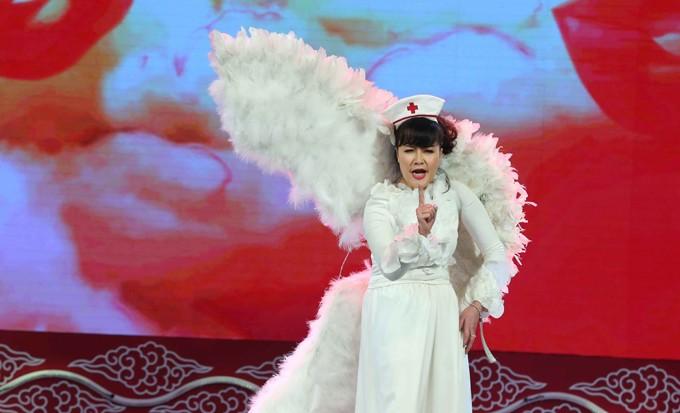 Táo Y Tế Vân Dung xuất hiện trong bộ trang phục cánh trắng thiên thần.