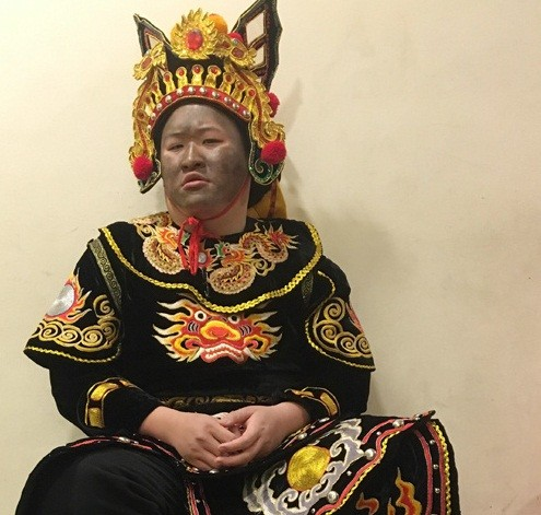 """Diễn viên Minh Dũng xuất hiện với tạo hình """"Thiên lôi mặt than"""" quen thuộc."""