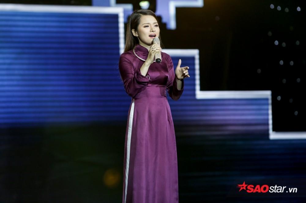 Thí sinh Hà Thu trên sân khấu <em>Thần tượng Bolero 2018</em>.