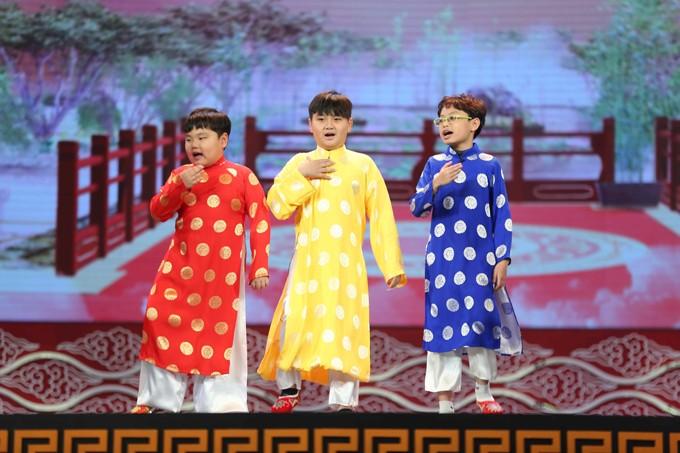 """Hình ảnh các """"Táo nhí"""" đốn tim khán giả với bộ trang phục rực rỡ sắc màu trên sân khấu."""