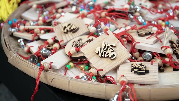 Nhiều món đồ trang trí Tết như móc khóa, dây treo, mai đào giả… cũng được bày bán phổ biến phục vụ người dân. Giá tùy theo mỗi món đồ, rẻ nhất là 10.000 đồng.