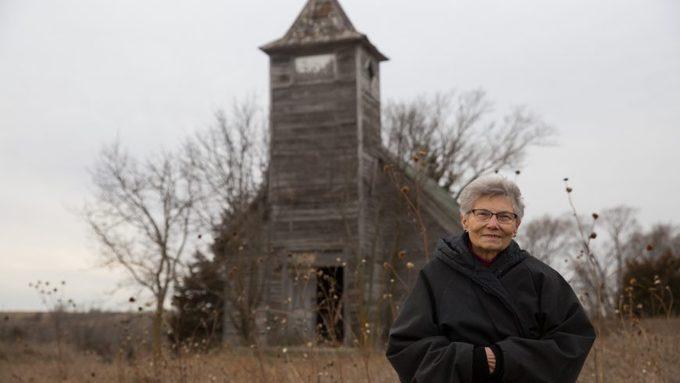Cách đường biên giữa bang South Dakota và bang Nebraska khoảng 8 km là một con đường đất chạy xuyên qua những cánh đồng lúa mạch vàng, dẫn thẳng tới trung tâm thị trấn có tên Monowi.<br>Bà Elsie Eiler, 84 tuổi, sống một mình ở Monowi suốt 14 năm nay. Theo Cơ quan Thống kê Mỹ, Monowi là nơi duy nhất ở nước Mỹ chỉ có một người dân sinh sống. Cụ bà này vừa là thị trường, thư ký, thủ quỹ, nhân viên thu thuế, thủ thư kiêm chủ quán rượu của thị trấn nhỏ nhất nước Mỹ, BBC đưa tin.
