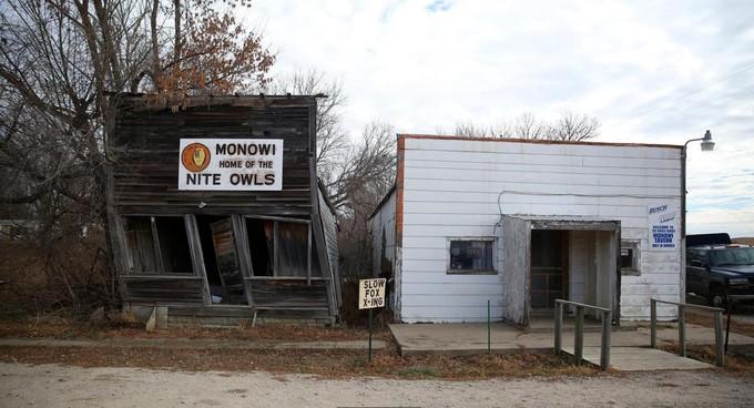 """Khi sản xuất nông nghiệp ngày một suy giảm, đặt biệt, trong giai đoạn sau Thế chiến II, thị trấn Monowi nằm giữa miền trung nước Mỹ bắt đầu """"bốc hơi"""". Đám tang cuối cùng diễn ra trong nhà thờ của thị trấn là đám tang của cha bà Eiler vào năm 1960.<br>Bưu điện và ba cửa hàng tạp hóa cuối cùng chính thức đóng cửa từ 1967 đến 1970. Sau đó vào năm 1974, trường học duy nhất trong thị trấn cũng ngừng hoạt động. Người dân ở Monowi kéo nhau ra các thành phố lớn sinh sống.<br>Khi hai đứa con của bà Eiler rời khỏi thị trấn vào đầu những năm 1980, lúc đó dân số của Monowi chỉ còn 18 người. Khoảng 20 năm sau đó, chỉ còn lại hai vợ chồng bà Eiler. Và vào năm 2004, khi chồng qua đời, bà Eiler trở thành cư dân duy nhất của Monowi."""