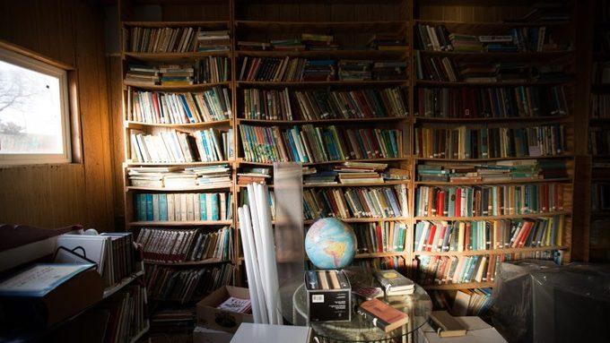 Ngoài quán bar, thị trấn Monowi còn có một thư viện vẫn hoạt động. Thư viện này là nơi lưu trữ bộ sưu tập sách của ông Rudy, chồng bà Eiler. Hồi còn sống, những lúc rảnh rỗi, ông Rudy vùi đầu vào đọc sách. Để hiện thực hóa ước muốn duy nhất của chồng trước khi nhắm mắt xuôi tay, bà Eiler, cùng các con, đã đặt đóng giá sách rộng 30 m2 để chứa 5.000 cuốn sách và tạp chí.