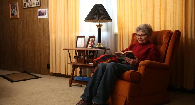 """Ngoài hai con, bà Eiler còn có 5 người cháu và hai chắt. Người gần nhất sống cách bà hơn 140 km. """"Tôi có thể chuyển đến sống với các con, các cháu bất cứ lúc nào tôi muốn. Nhưng nếu làm vậy, tôi phải kết bạn lại từ đầu"""", bà Eiler nói. """"Chừng nào còn có thể ở đây thì hay chừng ấy. Đây mới là nơi tôi muốn sống. Chắc là càng già ta càng khó thay đổi thói quen cũ"""""""