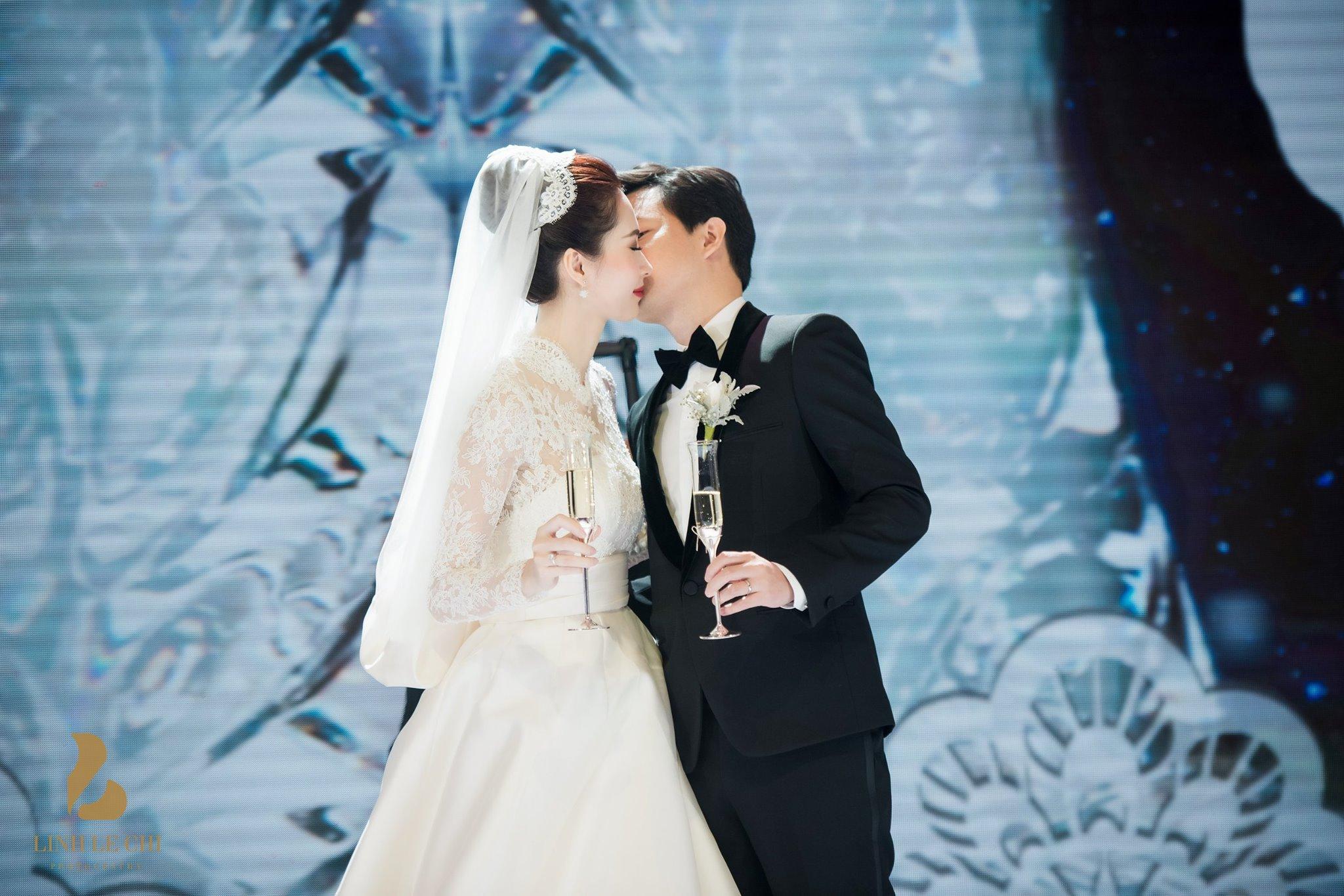 …hay nụ hôn nhẹ nhàng của vợ chồng Hoa hậu Đặng Thu Thảo…