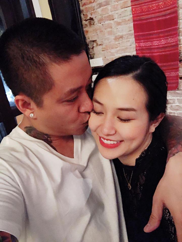 """Ít khi khoe ảnh nhưng mỗi lần đăng hình chụp chung, giọng ca Nắm lấy tay anh đều khiến fan """"tan chảy"""" vì những nụ hôn anh dành cho vợ."""